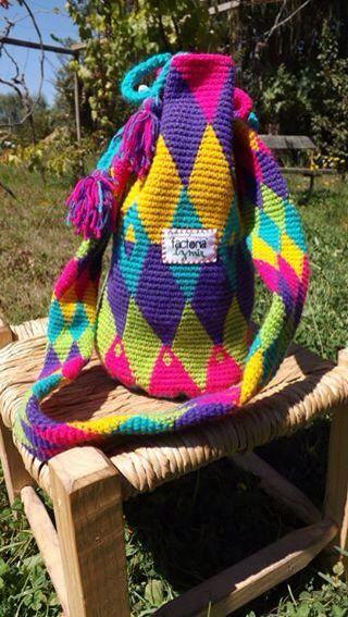 Bolso hecho por Factoría Izmir, en lana, a crochet, técnica Jaquard.