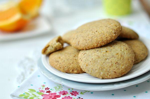 Tavaszi kirándulásokra, munkahelyre, vagy iskolai uzsonnás dobozba is tökéletes lesz ez a finom keksz, melynek elkészítésébe akár a gyerekeket is bevonhatjuk.