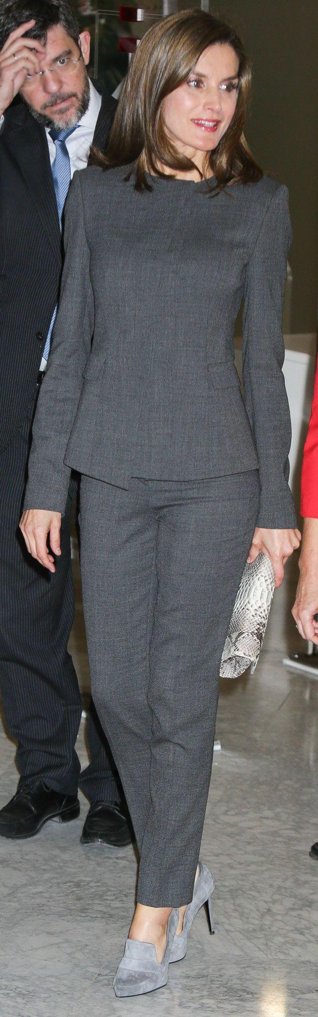 """La Reina se pone un sobrio traje de Hugo Boss para acudir a la Biblioteca Nacional de España, sin """"llamar la atención"""" tras su polémico vestido años 20."""