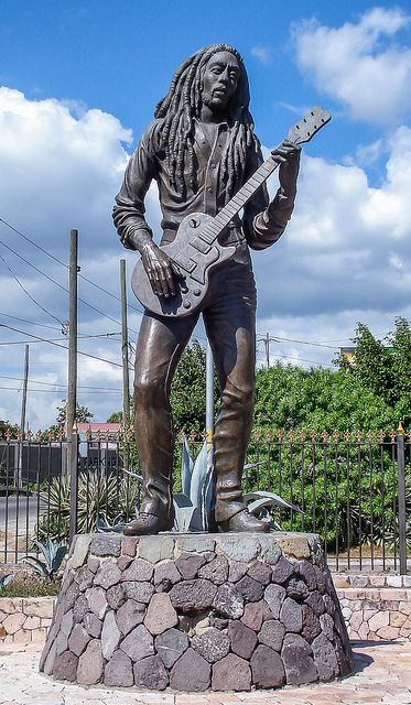 Statue of Bob Marley in Kingston, Jamaica | Flickr: Intercambio de fotos