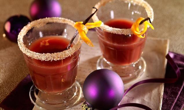 Ein Punsch mit Trauben- und Orangensaft zu Weihnachten