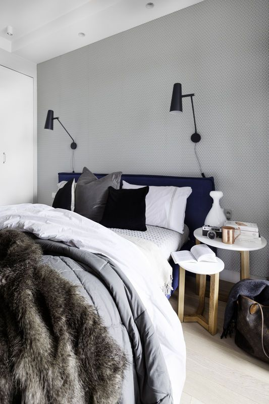 Skandynawska sypialnia, szary na ścianie, regulowane kinkiety, zagłówek