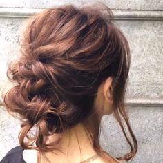 工程 ①頭頂部で小さなポニーテールを作りほぐす。 ②横の髪の毛を後ろに引っ張り結んでくるりんぱ。 ほぐす ③残った髪の毛を三つ編みを作り、ほぐす。 ④三つ編みを上向きにくるくるとまとめで左右からアメピンで留める。 ⑤おくれ毛を作った場合は巻き直して完成。 是非チャレンジしてくださいね^ ^ #ミディアムヘア #ミディアムボブ #簡単アレンジ動画 #簡単ヘアアレンジ #ヘアアレンジ動画 #ヘアアレンジ解説 #ヘアアレンジ #ヘアーアレンジ #くるりんぱ #くるりんぱアレンジ #メッシーバン #ギブソンタック #三つ編み #みつあみ #三つ編みアレンジ #みつあみアレンジ #ミディアムヘア #編み込み #あみこみ #ヘアアレンジやり方 #鶴谷和俊 #ロカリヘアアレンジ #ロカリ #locari #神戸#三ノ宮#三宮 #linelive #lineblog #Cchannel