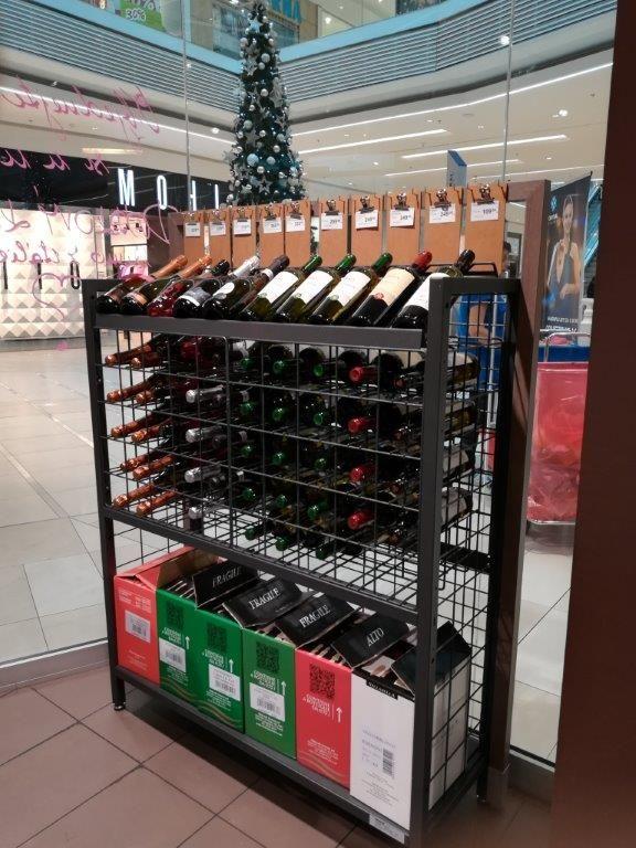Vinotech - luxusně vypadající a kostrukčně pevný speciální regál proprezentaci vína Made_by_Wanzl.