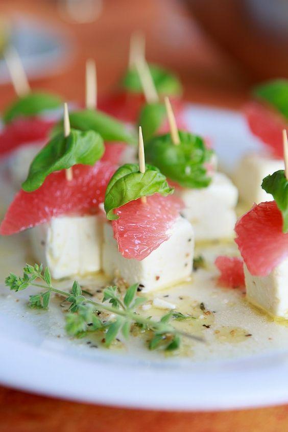 Schneller Appetizer für einen lauen Grillabend: Marinierter Feta mit Grapefruit und Basilikum.