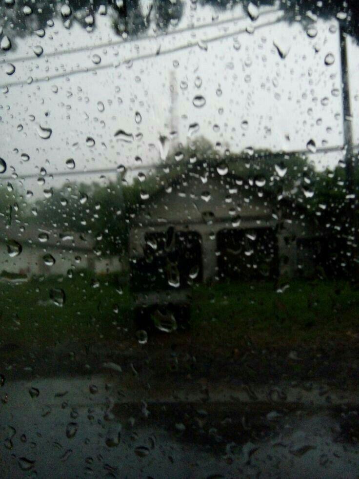 Hujan Masih Air Dan Dia Masih Milik Orang Lain Dengan Gambar