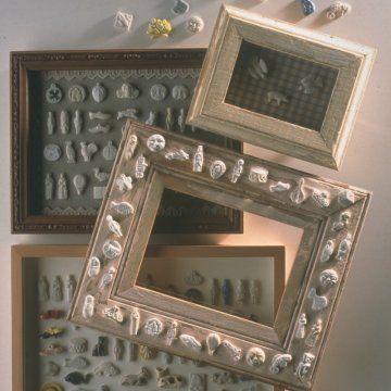 Des cadres décorés d\'une collection de fèves / Frames decorated with lucky charms