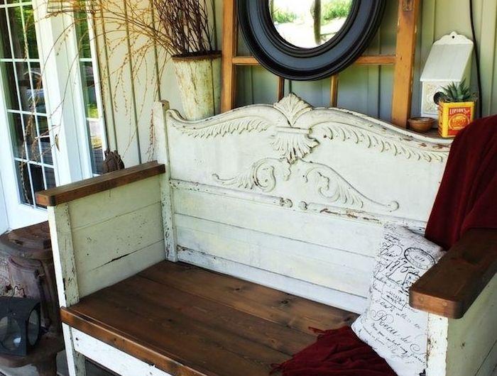 wand mit einem schwarzen spiegel - eine weiße gartenbank holz aus einem alten weißen bett mit einem weißen kleinen kissen - gartenbank selber bauen