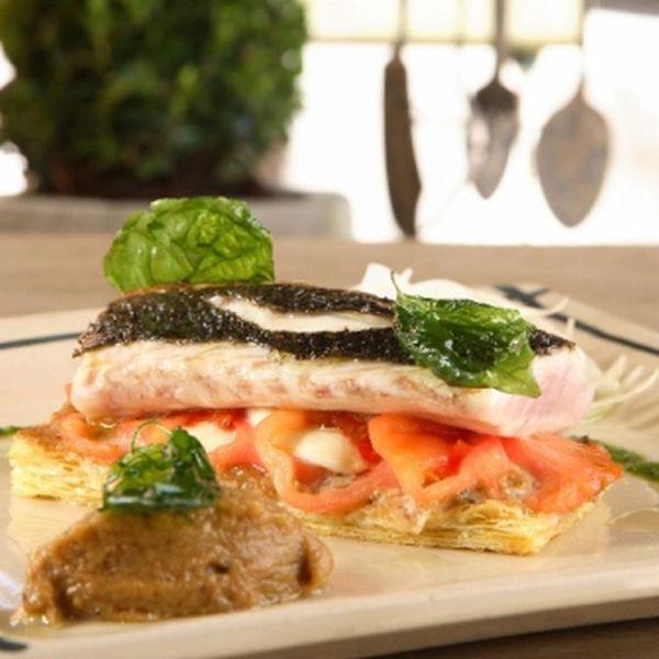 Een overheerlijke taartje van coeur de boeuf tomaat met mozzarella, kaviaar van aubergine en zeebaars, die maak je met dit recept. Smakelijk!