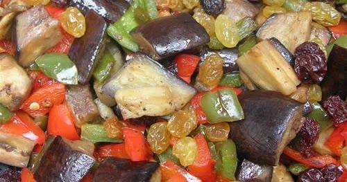Ingredientes:       Morrón rojo, 2   Morrón verde, 2   Berenjenas, 2   Pasas de uva rubias y negras, un puñado   Aceite   Sal y pimien...