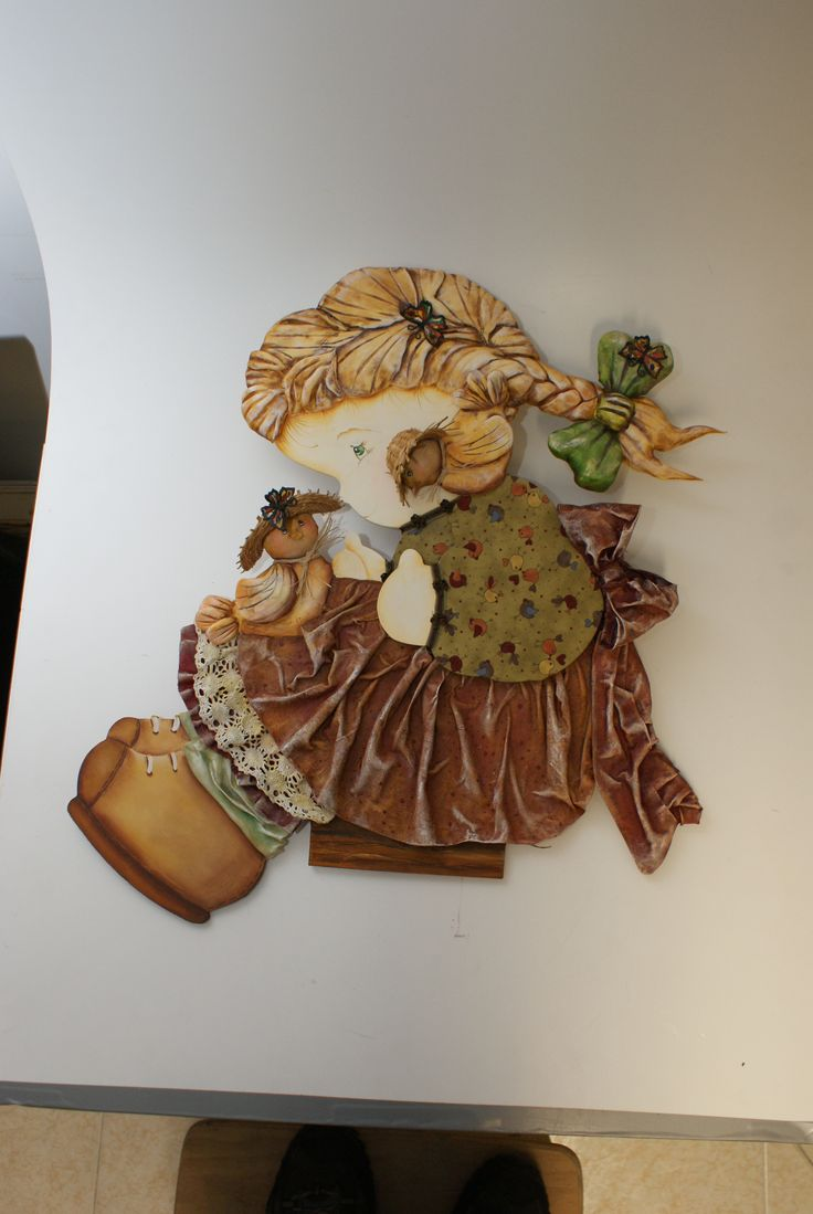 Recorte MDF pintado com Tinta Acrílica Nature Color Acrilex. Roupa endurecida com Acriflex e cabelo feito com Porcelana Fria Acrilex.
