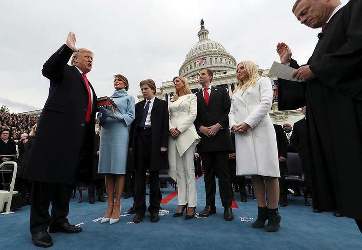 Umringt von seinen Kindern legt Trump den Amtseid ab und wird somit 45. Präsident der Vereinigten Staaten von Amerika.