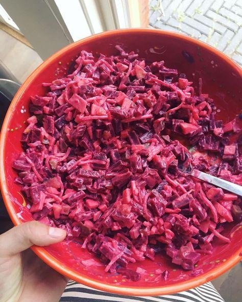 Heerlijke friszoete salade om bijvoorbeeld als bijgerecht bij de bbq te eten. Met rode biet, appel, augurk, sellerie, kwark en kerrie!