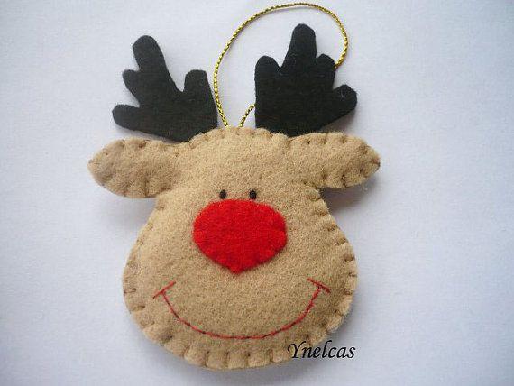 Usted recibirá TRES adornos. Un reno chocolate, un reno blanco y un reno beige.    Este adorable adorno de Navidad, reno de fieltro está cosido a mano y tiene la nariz roja y los ojos negros. Cuelga de una bonida cinta de Navidad.    • fieltro en color blanco, beige, chocolate, negro y rojo  • tamaño 2.75 x 4.5 (8.0 x 11 cms) (no incluye el lazo de cinta )  • cinta dorada para colgar  • relleno con fibra de poliéster  • no se utilizó pegamento para su confección  • 100% cosido y cortado a…