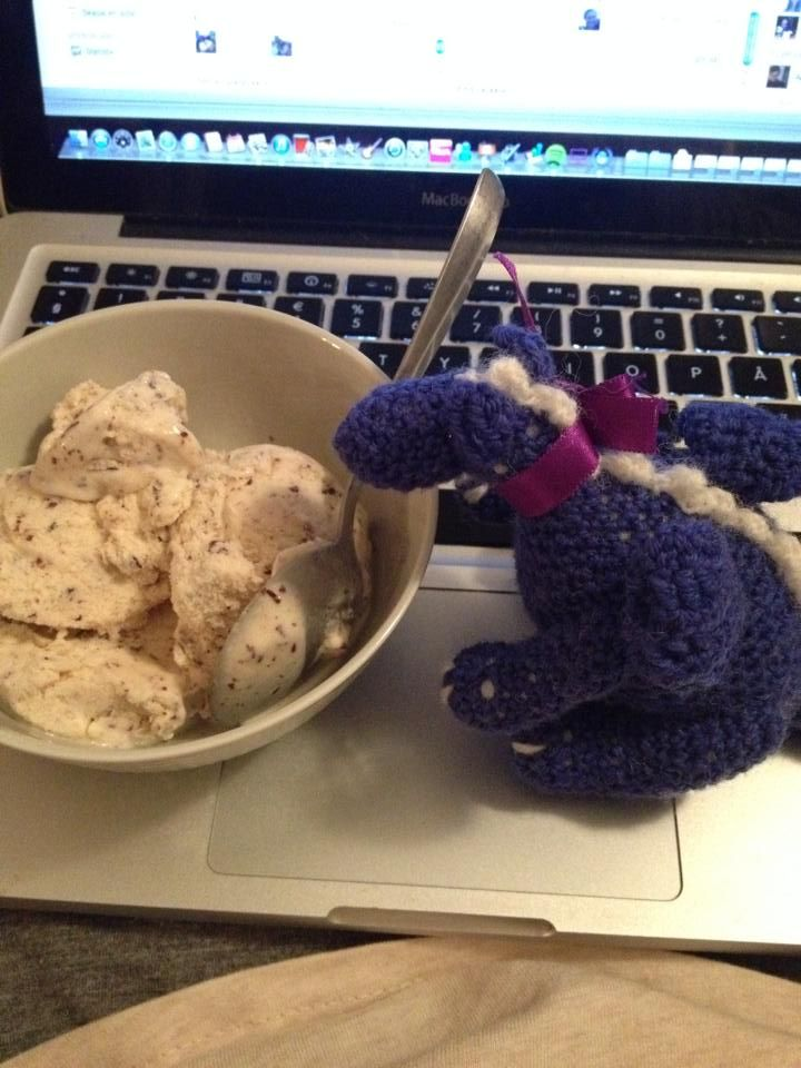 Duktiga Skruffs tar en paus från studierna med en skål glass <3