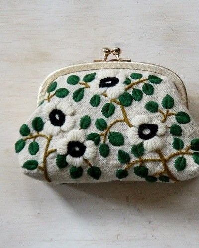 작은 가방 위주로 자수를 꾸민 것들을 찾아 봤습니다. 다양하고 예쁜것들이 많네요. #프랑스자수 #자수 자...