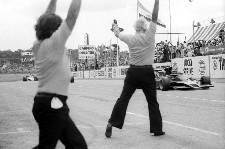 Monza 77  Walter Wolf     Tambay col muletto (molto improvvisato) dopo aver cappottato la sua N177 in qualifica a Lesmo.     Ronnie e la Parabolica. ...