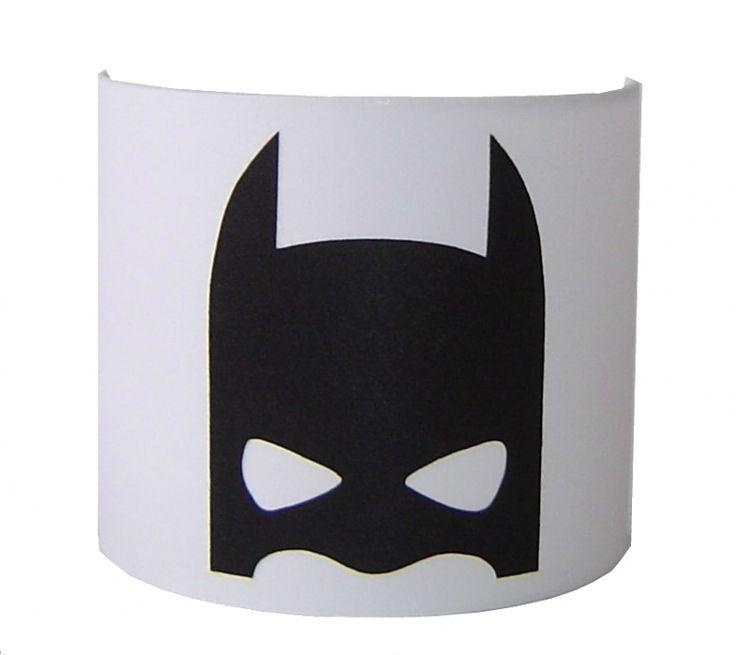 Heel stoer voor in de jongenskamer, deze lampwand in wit met de afbeelding van een superheld masker erop.