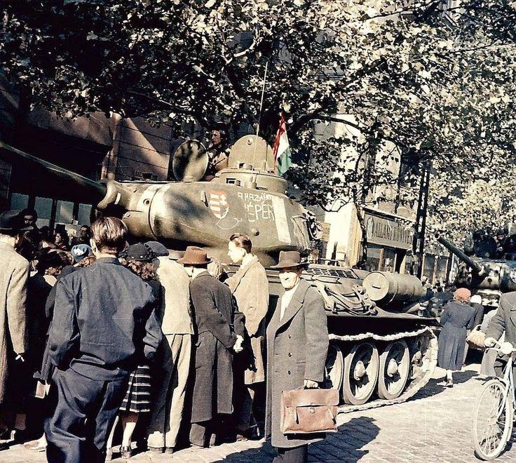 Sosem látott képek a forradalom napjaiból   24.hu