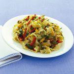 Se cerchi un primo piatto dal sapore ricco e stuzzicante, scopri la ricetta delle reginette con sugo di verdure tricolore proposta da Sale&Pepe.
