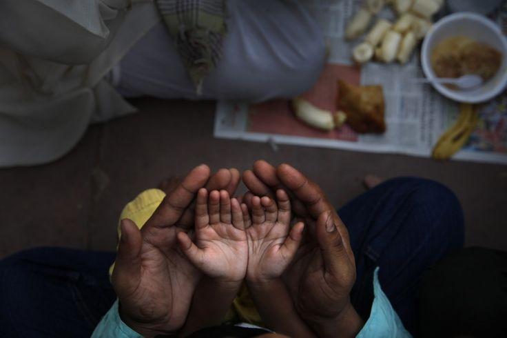 Mani nelle mani. Un gesto amorevole che rende questo scatto di una bellezza antica. La preghiera di un padre e la sua piccola figlia prima di interrompere il digiuno del primo giorno del mese del Ramadan. L'immagine è del fotografo dell'agenzia Ap, Manish Swarup, ed è stata realizzata