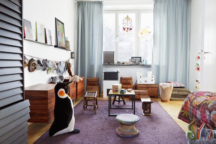 Sidebord Speyside av jakaranda, formgivet av Jonas Lindvall, NK inredning. Linnegardiner och plommon...