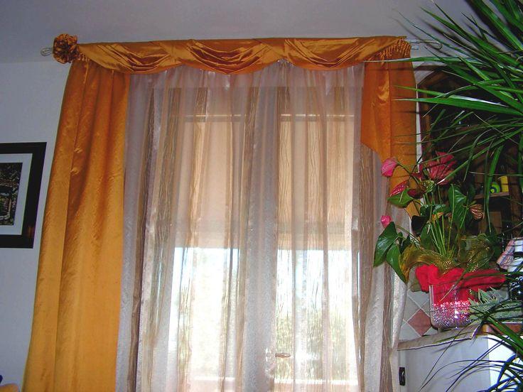 tende arricciate su bastone con drappeggi in seta su bastone in ferro battuto