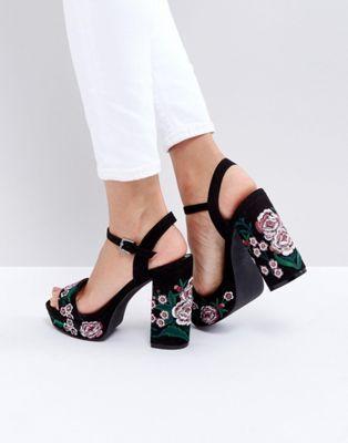 Sandalias de tacón con plataforma con bordados de New Look