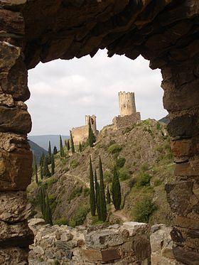 Châteaux de Lastours à travers un rempart du château de Quertinheux