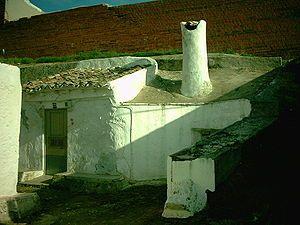 Casa Cueva con chimenea encalada en Sta. Cruz de la Zarza, Toledo.España.