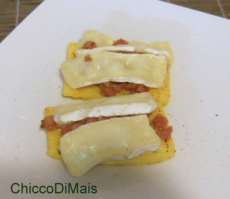 Crostini di polenta con salsiccia e brie (ricetta antipasto)