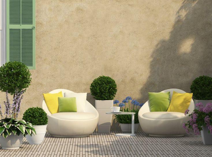 Per trasformare il giardino in un'oasi dove godersi sole e relax saranno le piante giuste, pochi e semplici arredi e i colori giusti.