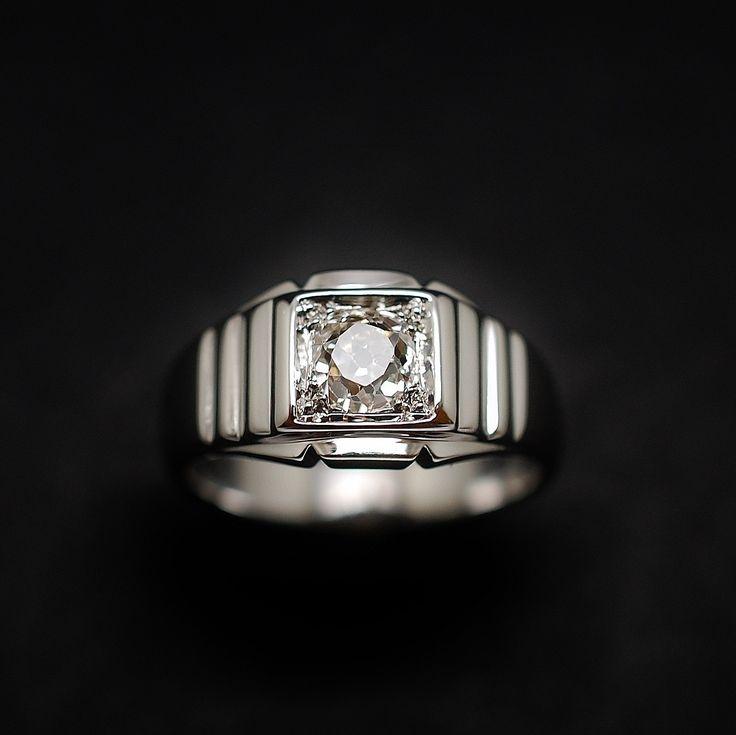 à vendre : 1200€ Bague Jonc en Or gris 18K Massif avec Diamant de 0.60 Cts taille ancienne . Serti au centre d'un diamant principal d'environ 0.60 ct taille ancienne qualité J-SI poids brut de la bague : 7.50 gr Largeur 9.5 mm Taille 54 Mise à Taille Gratuite Vendu avec facture