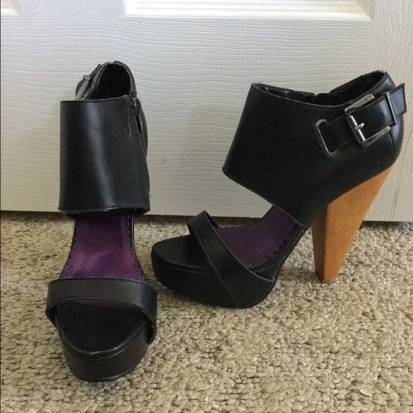 Z. Cavaricci Navy Heels These dark navy heels would look great on you!! Wish I could wear them but my foot is too wide. Z. Cavaricci Shoes Heels