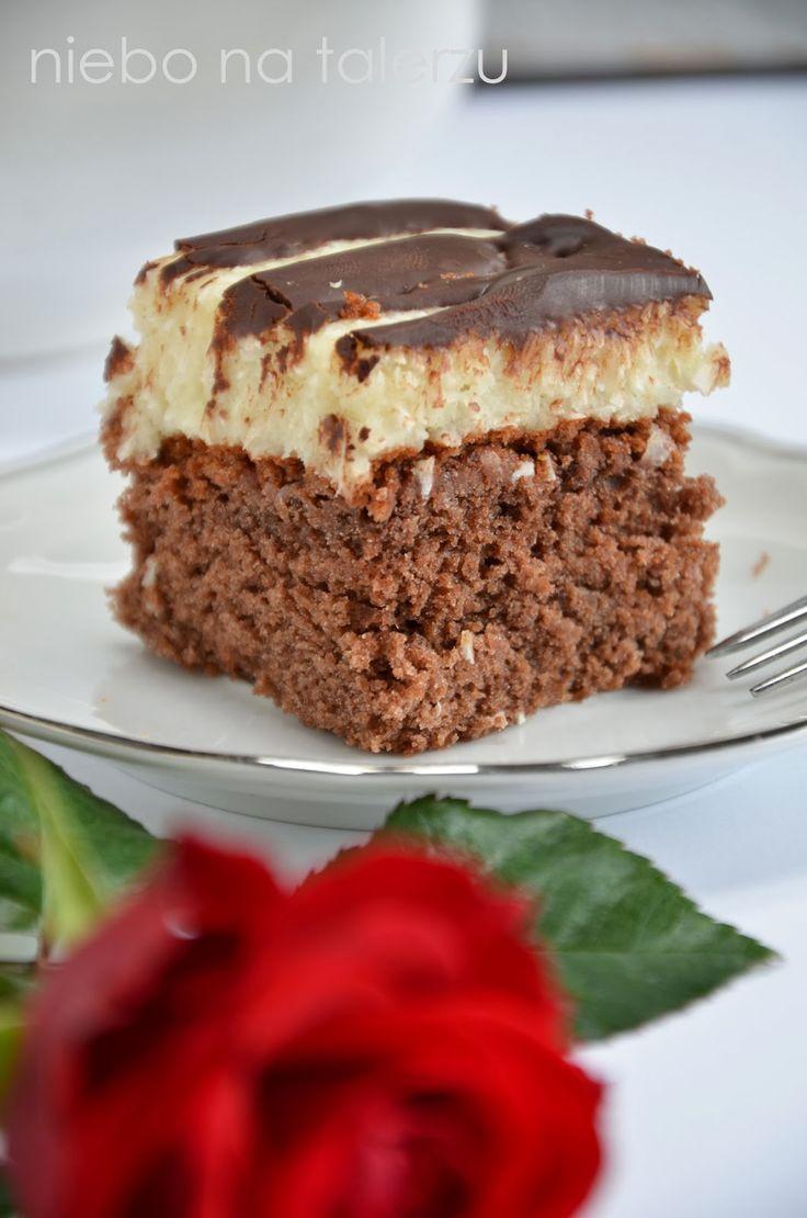 Podobne nieco z wyglądu ciasto zamieściłam kiedyś tutaj . Spód był biszkoptowy, a kokosowa warstwa mniej zwarta, delikatniejsza, bardziej kr...