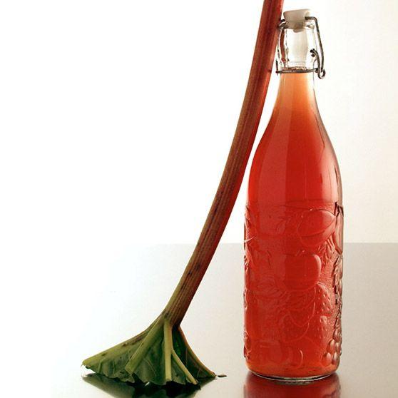 Rabarbrasaft - http://www.dansukker.no/no/oppskrifter/rabarbrasaft.aspx #oppskrift #saft #drikker #rabarbra