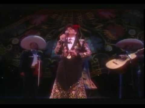 "Linda Ronstadt performs with the Mariachi Los Campero de Nati Cano  "" Por Un Amor"" from her Canciones de Mi Padre"" record, 1989.  í What a voice !"