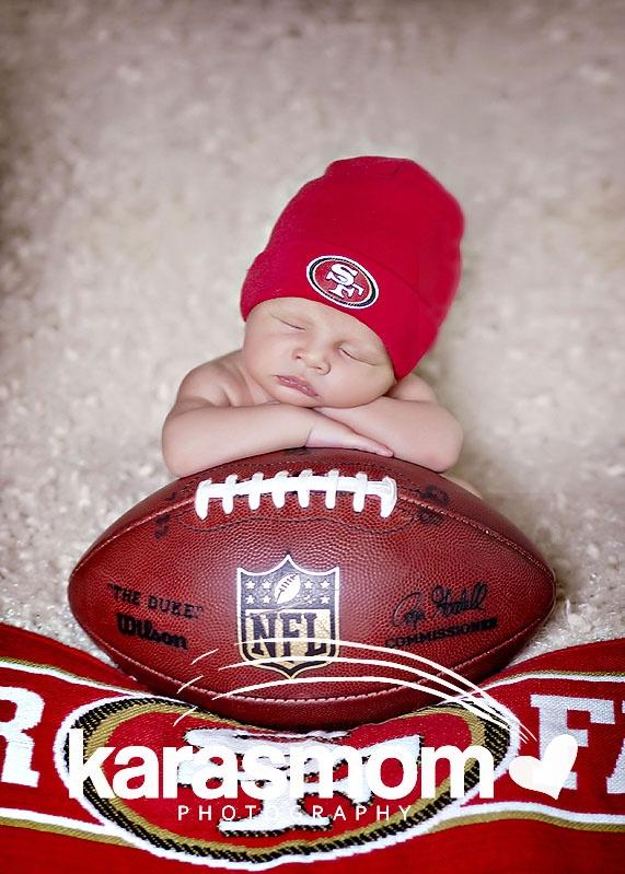 newborn football pose ♥