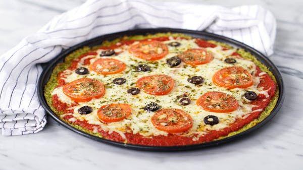 Receita com instruções em vídeo: Descubra um jeito diferente e delicioso de fazer pizza utilizando brócolis na massa!       Ingredientes: 1 brócolis , 2 ovos, ½ xícara de queijo parmesão ralado, ¼ de xícara de queijo muçarela + 1 xícara de queijo muçarela, Sal a gosto, ½ xícara de passata de tomate, 1 tomate cortado em rodelas, Azeitona roxa a gosto, Orégano a gosto