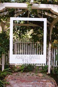 DIY-Idee für Photobooth bei Outdoor-Hochzeiten, welche sicher auch gut in der Erinnerungszeitung der Hochzeit toll aussehen