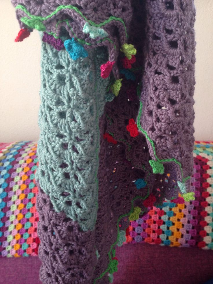 Two tone shawl from the book Haken en Kleur! #machtelddegouw on Instagram