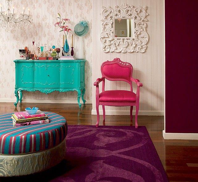 Uma maneira de resgatar móveis antigos é transformá-los em modernas peças de design, dando a eles novas cores. Neste apartamento, a cômoda foi pintada de turquesa e a cadeira, de rosa. Projeto da designer de interiores Neza Cesar