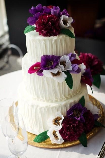 Фиолетовые цветы пркрасно дополняют свадебный торт
