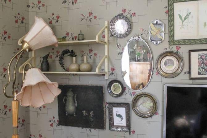 Tavelvägg. Fågelprint av Emma von Brömssen. Lampa, hylla, brickor, tavlor är inköpta på loppisar. #byggnadsvård #inredning #återbruk Foto: Erika Åberg