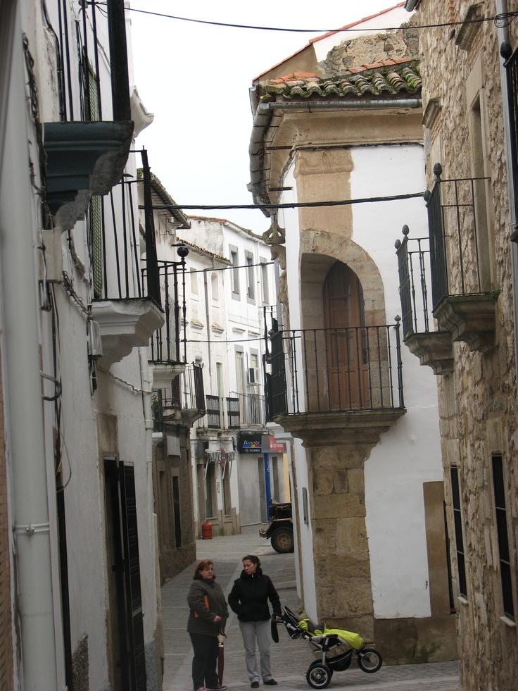 Un rincón de Brozas con bonito balcón esquinero. La foto está hecha desde la iglesia de Santa María la Mayor.