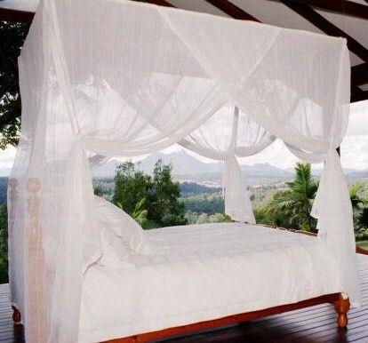 Dit muskietennet van 100% katoen heeft vier openingen, waardoor het uitermate geschikt is voor een hemelbed.