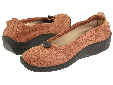 """Kirsten Borrink promotes Arcopedico L14 for bunions in her article """"5 Best Non-Orthopedic Shoes for Bunions"""" at http://www.barkingdogshoes.com/newshoe/2010/12/best-non-orthopedic-shoes-for-bunions-2010.html"""