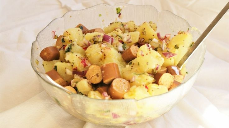 Kartoffelsalat Il y a quelques semaines, j'ai eu envie de goûter à nouveau à la fameuse salade de pommes de terre germanique : la kartoffelsalat que j'avais découvert lors d'un sé…