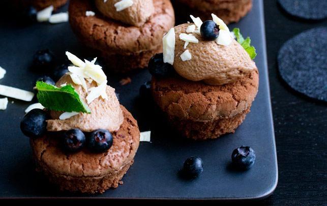 Chokoladekager med nougatcreme og blåbær (kan også bages som én stor kage) Alt for Damerne