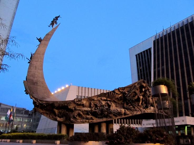 """""""Monumento a la Raza"""" del maestro: Rodrigo Arenas Betancourt, en el Centro Administrativo La Alpujarra en Medellín"""